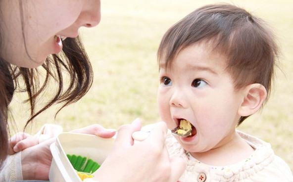 Tăng dần lượng thức ăn dặm cho con